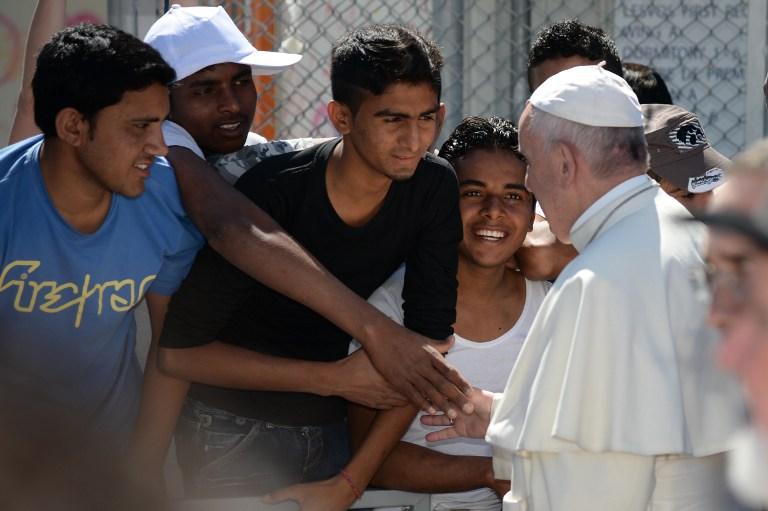 البابا يصافح مهاجرين عالقين في لسبوس