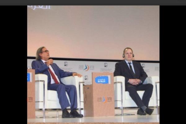 الإعلامي عثمان العمير أثناء مشاركته في جلسة حوارية ضمن منتدى الإعلام العربي