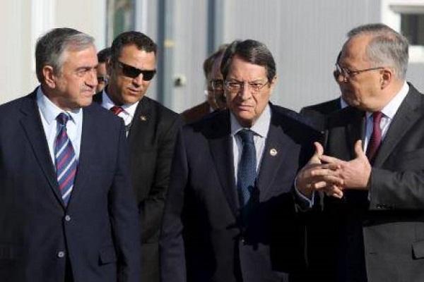 الرئيس القبرصي نيكوس اناستاسيادس وزعيم القبارصة الاتراك مصطفى اكينجي