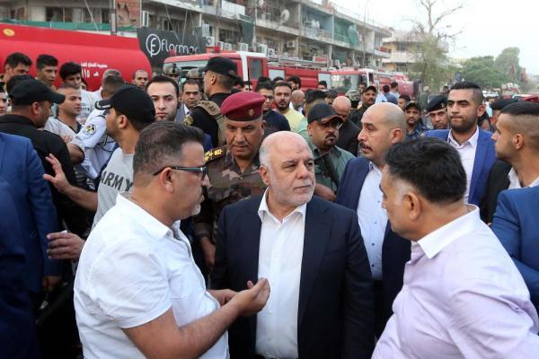 العبادي متفقدًا موقع الانفجار بالكرادة وسط بغداد