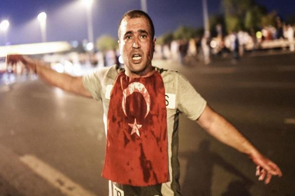 مواطن تركي في مواجهة دبابات الانقلابيين