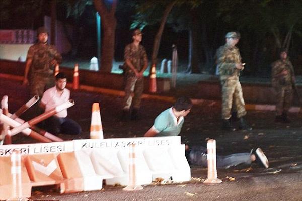 جنود اتراك يعتقلون رهائن