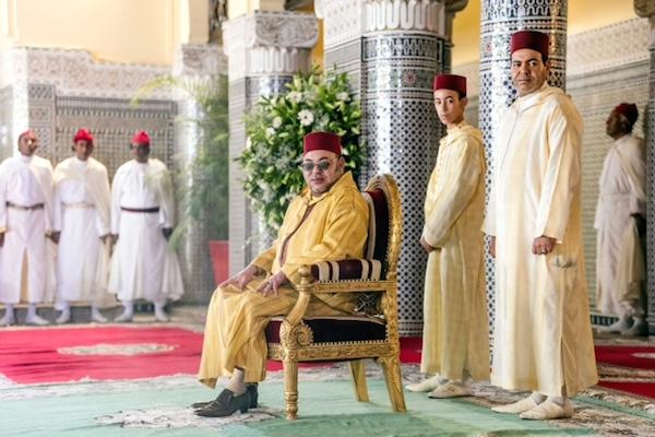 الملك محمد السادس وولي عهده الامير مولاي الحسن وشقيقه الامير مولاي رشيد يرتدون جلباب البزيوي