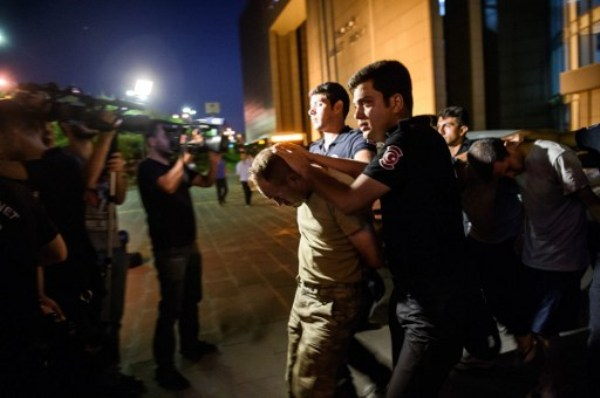الشرطة التركية تواصل اعتقال الجنود المتهمين بتنفيذ محاولة الانقلاب الفاشلة