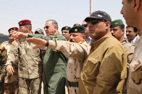 وزير الدفاع العراقي خالد العبيدي مع كبار الضباط في جبهة المواجهة مع داعش
