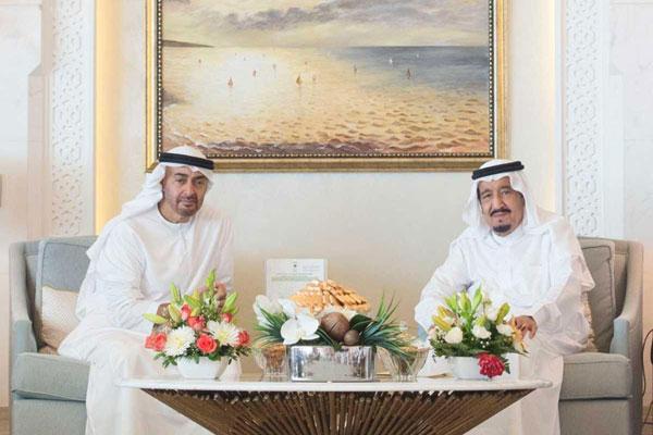 الملك سلمان لدى استقباله الشيخ محمد بن زايد في طنجة