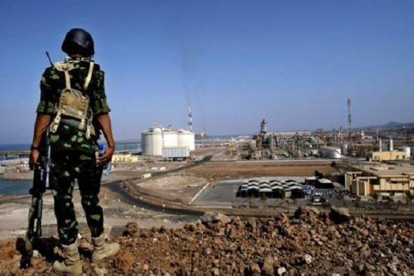 جندي يقف أمام مرفأ بلحاف لتصدير الغاز في شبوة