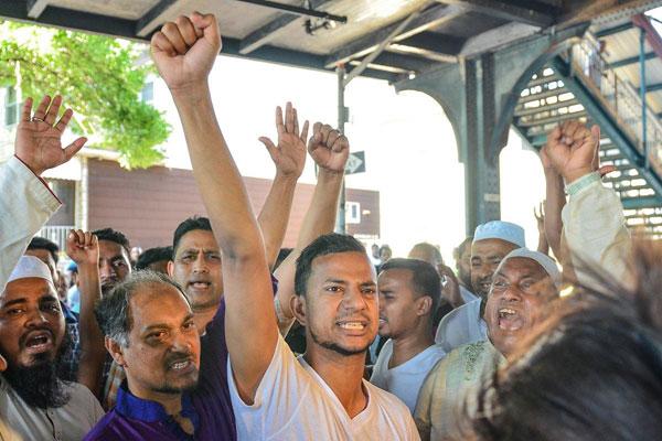 غاضبون لمقتل الإمام يطلقون شعارات مناوئة لترامب