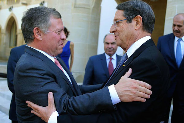 الرئيس القبرصي مستقبلا عاهل الأردن (تصوير يوسف العلان)