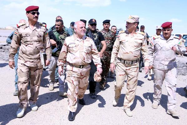 رئيس الوزراء حيدر العبادي رفقة قائد عملية نينوى في جولة ميدانية بالقيارة