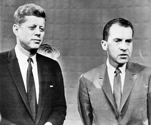 جون كينيدي وريتشارد نيكسون قبيل بدء مناظرتهما التلفزيونية عام 1960