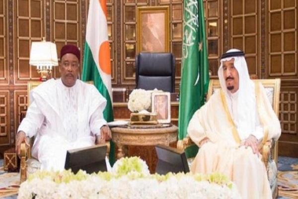 الملك سلمان والرئيس ايسوفو خلال جلسة المباحثات في الرياض
