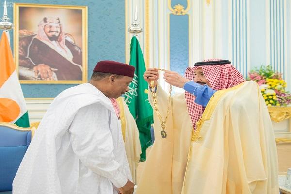 الملك سلمان يُقلد رئيس النيجر قلادة الملك عبدالعزيز