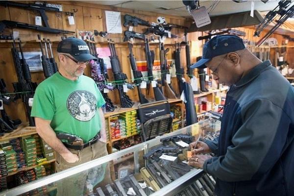 متجر اسلحة في شيكاغو