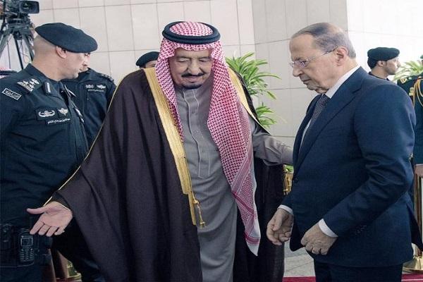 الملك سلمان خلال استقباله الرئيس اللبناني ميشال عون في قصر اليمامة
