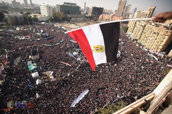 حشود غفيرة في ميدان التحرير في القاهرة أثناء ثورة يناير
