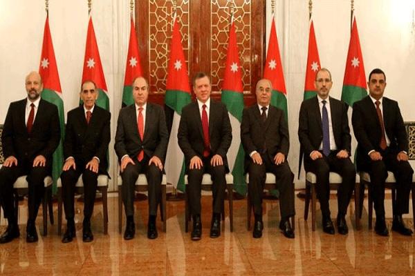 عبدالله الثاني يتوسط الوزراء الجدد