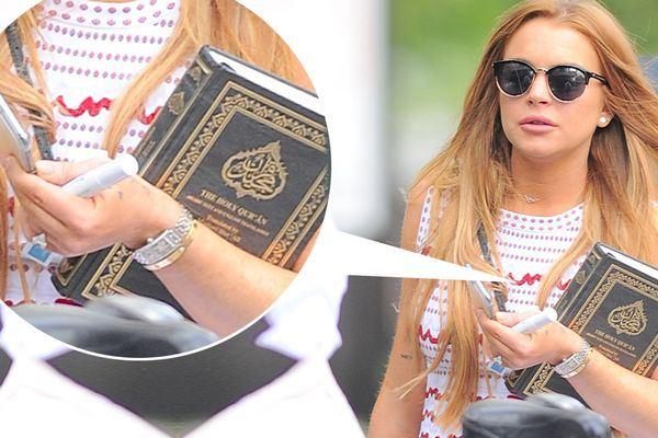 ليندسي لوهان ظهرت في السابق تحمل نسخة من القرآن