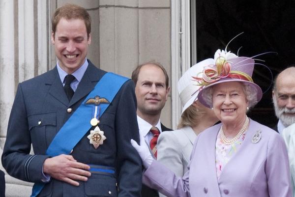 الملكة والأمير وليام في شرفة قصر باكينغهام