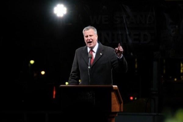 رئيس بلدية نيويورك بيل دي بلاسيو خلال التجمع المعارض لترامب