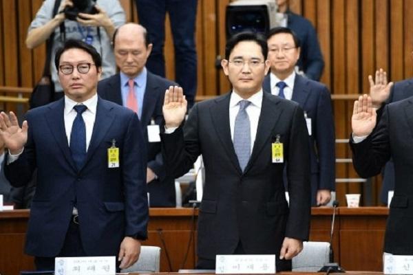 لي جاي-يونغ الى اليمين