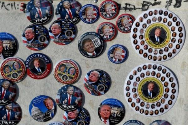 أزرار تذكارية عليها صورة ترامب تباع قرب البيت الأبيض