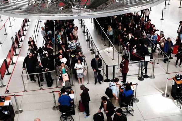 ممنوعون من دخول الولايات المتحدة محتجزون بأحد مطاراتها