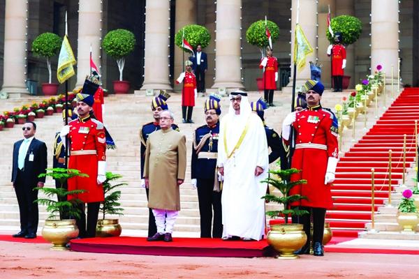 محمد بن زايد وبراناب موخرجي خلال حفل الاستقبال في القصر الرئاسي