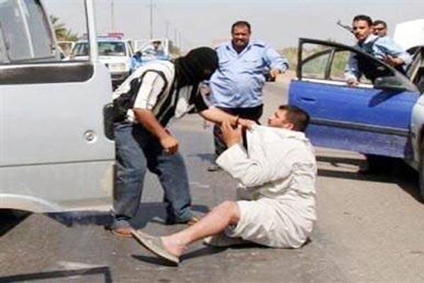 مسلحون يختطفون رجلا في بغداد.