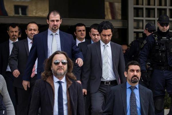 العسكريون الاتراك يغادرون مبنى المحكمة اليونانية