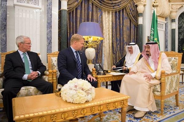 الملك سلمان بن عبد العزيز خلال استقباله رئيس مجموعة بكتل العالمية