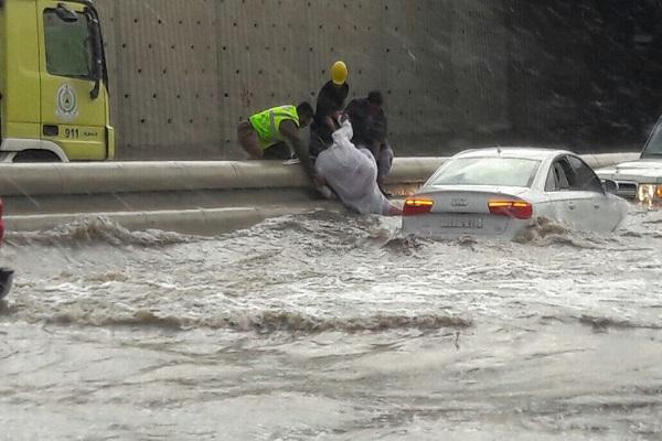الأمطار والسيول تشل حركة السير في شوارع جدة