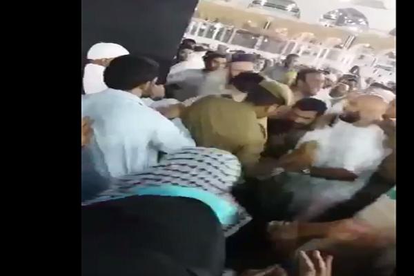 رجال الأمن خلال القبض على الشخص الذي حاول حرق نفسه