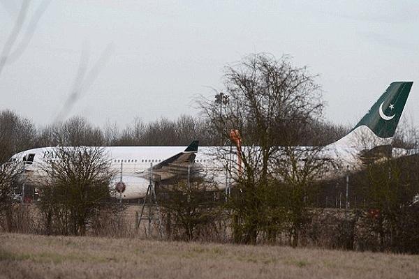 الطائرة الباكستانية في مطار ستانستيد اللندني