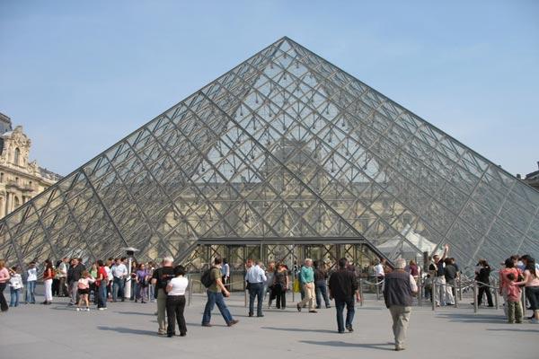 المتحف يتجاوز أزمة أمس ويعاود استقبال الزوار