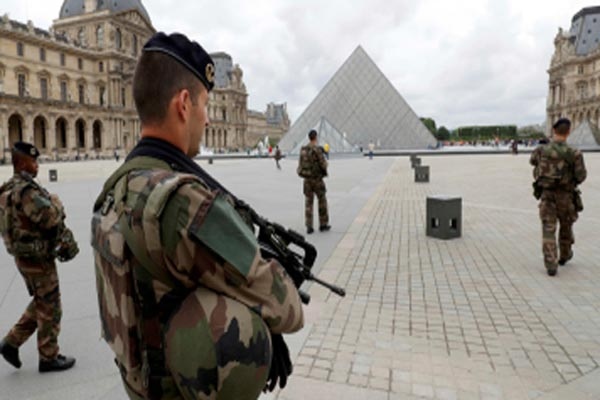 الشرطة الفرنسية تؤكد أن المهاجم صاح