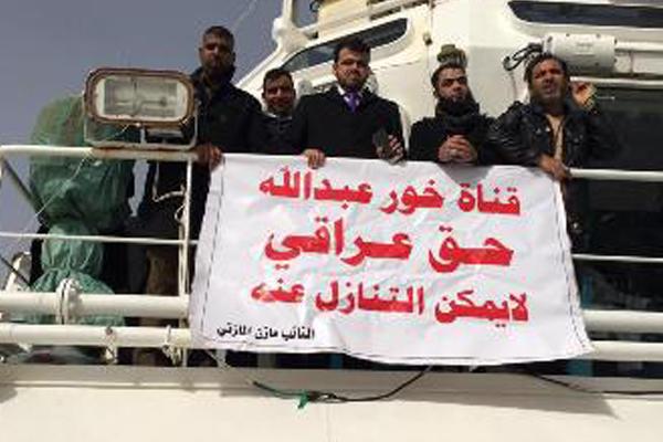 خور عبد الله نواب وناشطون خلال زيارتهم له