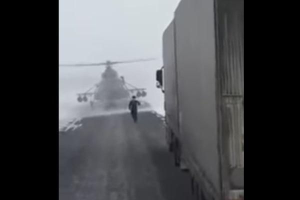 قائد الطائرة يتوجه نحو سائق الشاحنة