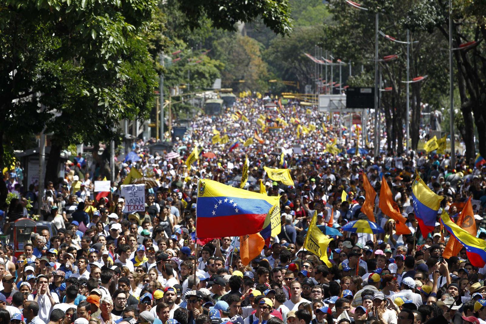 المعارضة الفنزويلية تتحدى مادورو بتظاهرة في عيد العمل