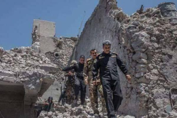 القائد في قوات مكافحة الارهاب الفريق عبد الوهاب الساعدي صحبة عدد من الضباط فوق انقاض جامع النوري