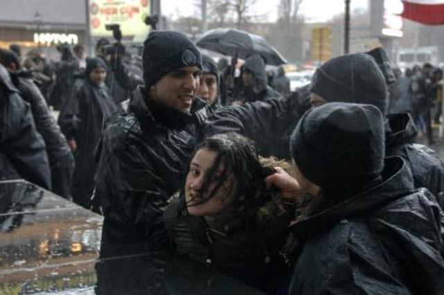 شرطة مكافحة الشغب التركية تفرّق مسيرة نسائية في أنقرة