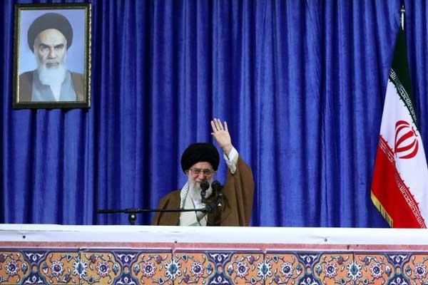 صورة وزعها مكتب المرشد الأعلى للجمهورية الإسلامية الإيرانية في 9 مايو تظهر علي خامنئي متحدثا الى الحشود