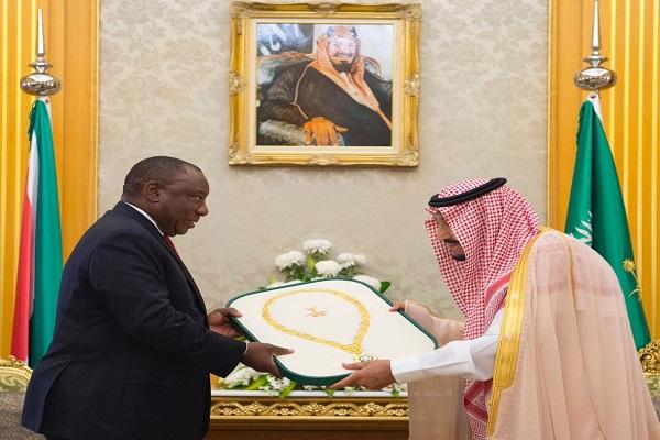 العاهل السعودي يهدي رئيس جنوب إفريقيا قلادة الملك عبد العزيز