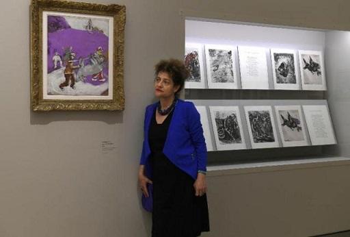 ميريت ماير حفيدة الفنان شاغال وهي تتجول في معرض جدها