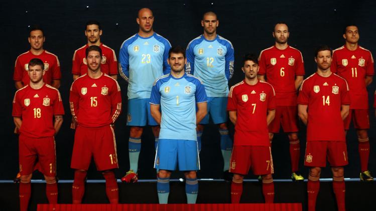 فيا مع لاعبي إسبانيا في حفل إعلان قميص المنتخب الجديد
