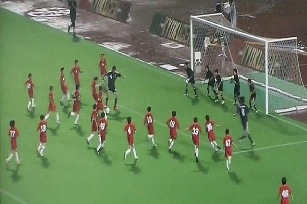 لاعبان يتفوقان على 50 طفلاً ويحرزان هدفاً