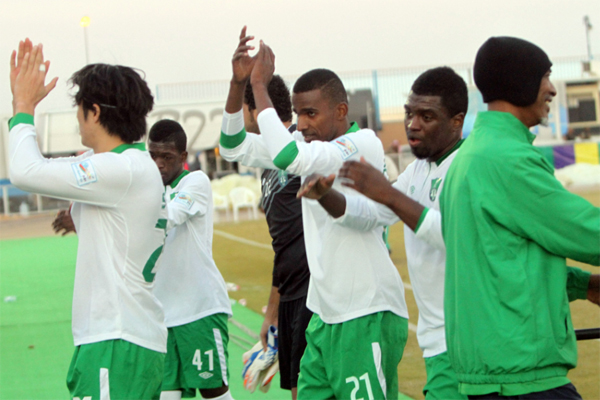 لاعبو الأهلي يحيون جماهيرهم بعد نهاية المباراة