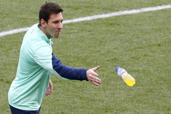 النجم الأرجنتيني ميسي خلال تدريبات فريقه أمس الجمعة