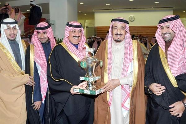 ولي العهد يسلم كأسه لخيل الإنتاج إلى الأمير متعب بن عبدالله بن عبدالعزيز بعد فوز الجواد صيرور بالمركز الأول