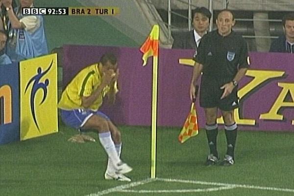 تمثيل البرازيلي يفالدو على الحكم في مونديال 2002